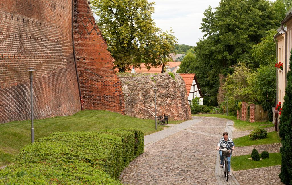 Stadtmauerreste und Stadtgraben