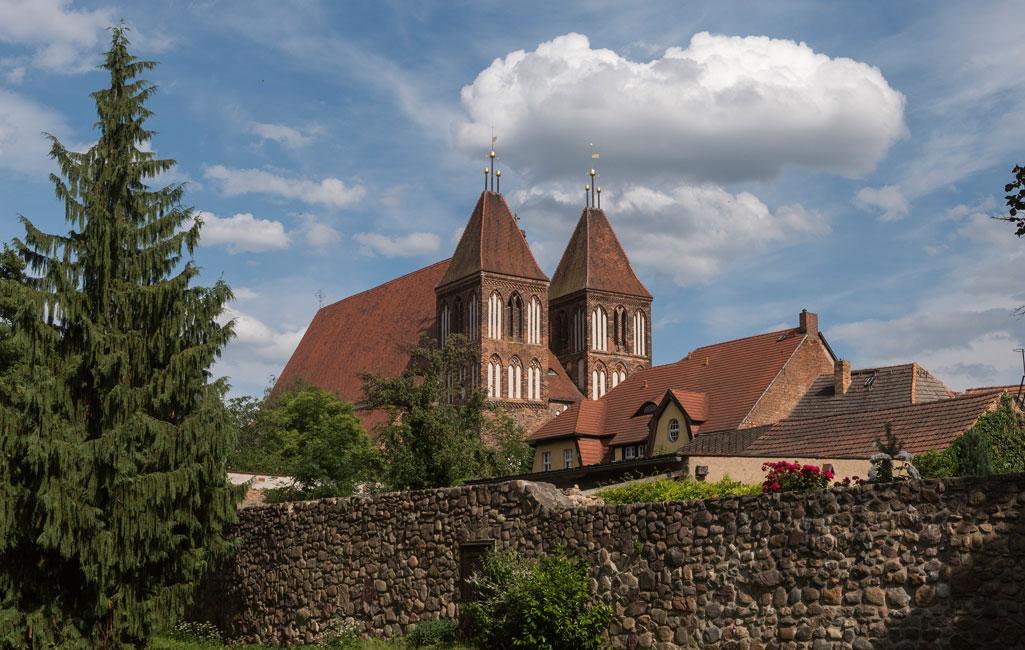 St. Nikolai-Kirche und Stadtmauer