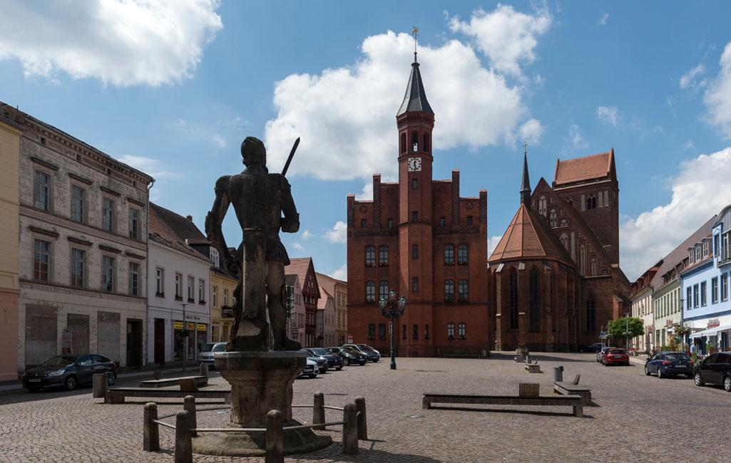 Rathaus und Roland