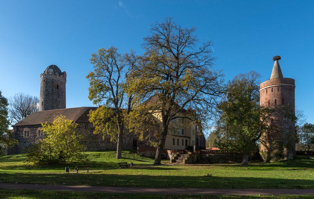 Burg Ziesar mit Bergfied und Storchenturm